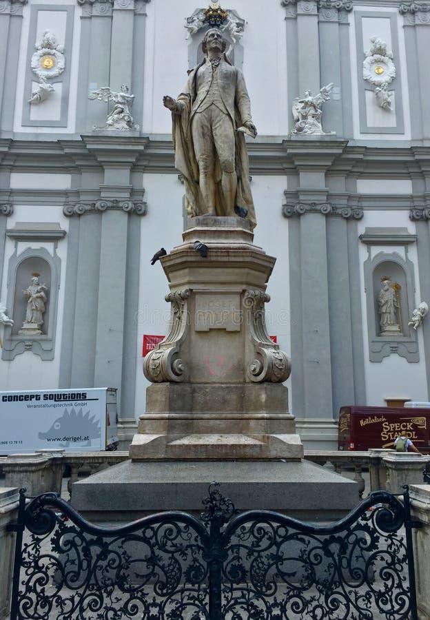 Statue de musicien Franz Joseph Haydn devant l'église baroque de Mariahilf à Vienne, Autriche photos libres de droits