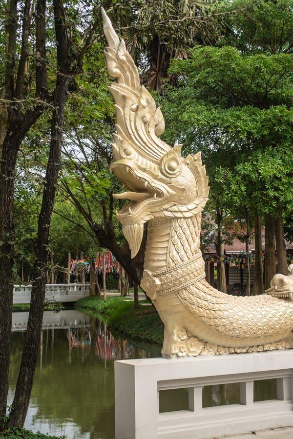 Statue de Naga sur le pont de la foi des temps antiques photographie stock libre de droits