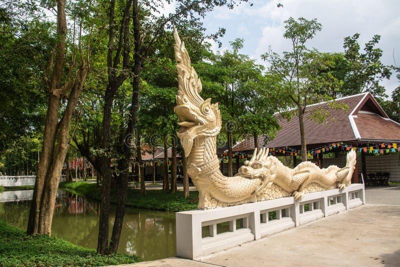 Statue de Naga sur le pont de la foi des temps antiques photographie stock
