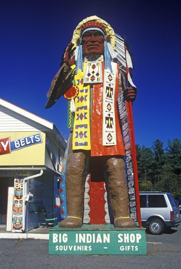Statue de Natif américain dans le costume à la grande boutique indienne, traînée de Mohawk, mA photo stock