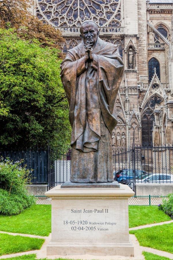 Statue de Pape Jean Paul II à côté de Notre Dame Cathedral à Paris, France photo libre de droits