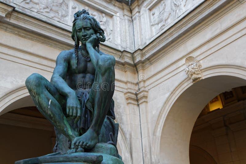 Statue de pensée dans les jardins du musée des beaux-arts photo libre de droits