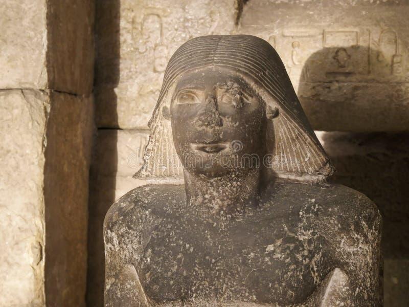 Statue de pierre de buste d'un scribe dans le musée égyptien au Caire photos libres de droits