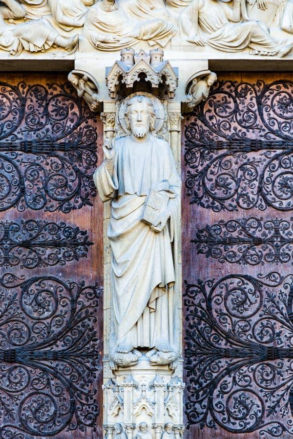 Statue de prêtre sur le portail du dernier jugement sur le chat principal images stock