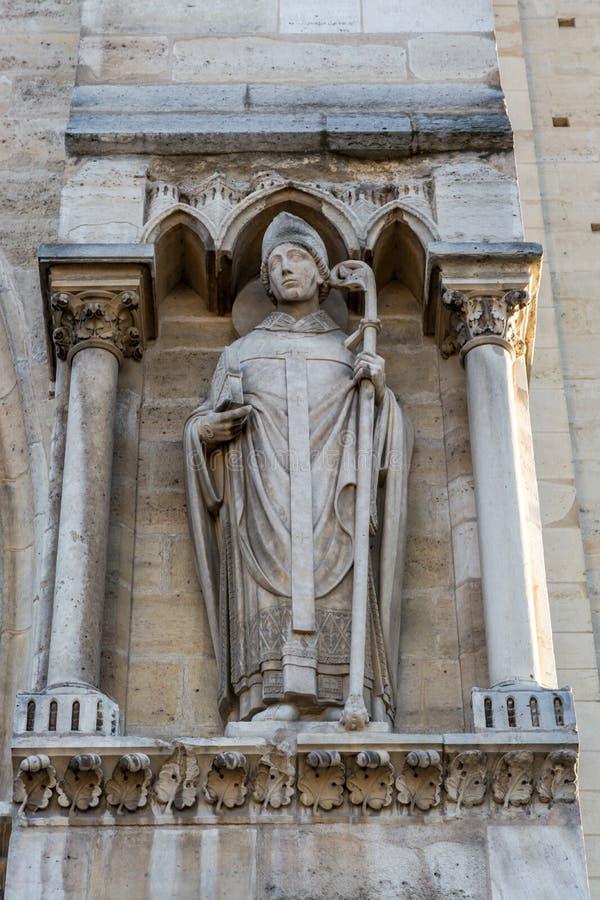 Statue de prêtre sur le portail de St Anne sur la façade occidentale sans images stock