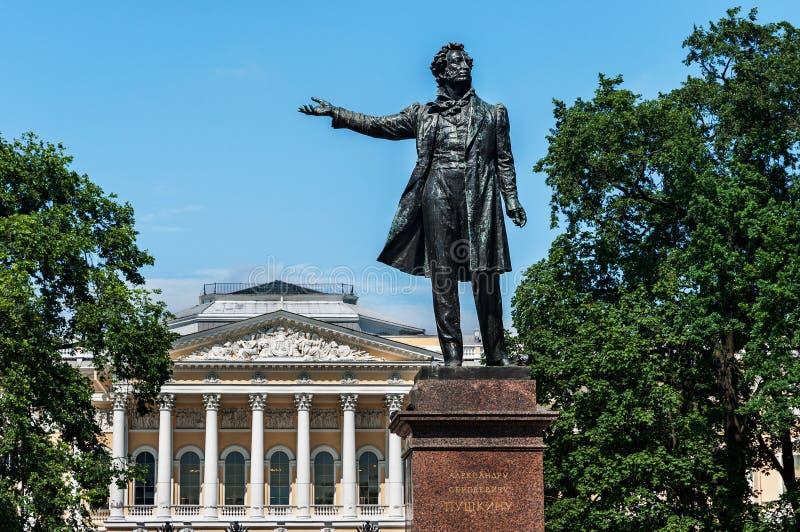 Statue de Pushkin devant le musée russe St Petersburg, Russie photos libres de droits