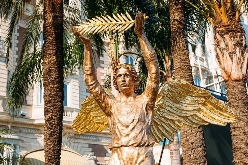 Statue de Ronze d'un ange avec une branche de paume à Cannes, France image stock