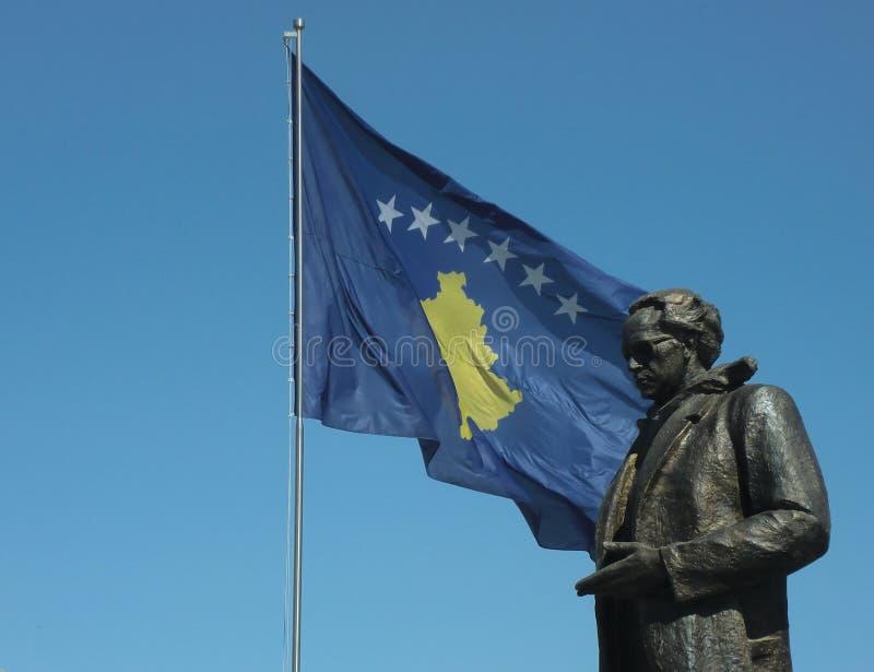 Statue de Rugova avec le drapeau de Kosovo dans Pristina photos stock