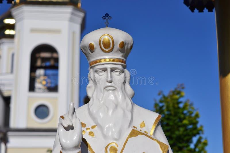 Statue de Saint-Nicolas près de l'église images stock