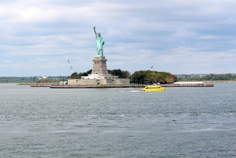 Statue de sculpture en liberté, sur Liberty Island au milieu de images stock