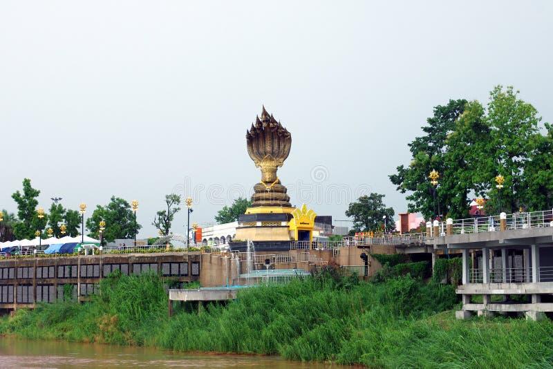 Statue de serpent à tête sept située près du Mekong image libre de droits