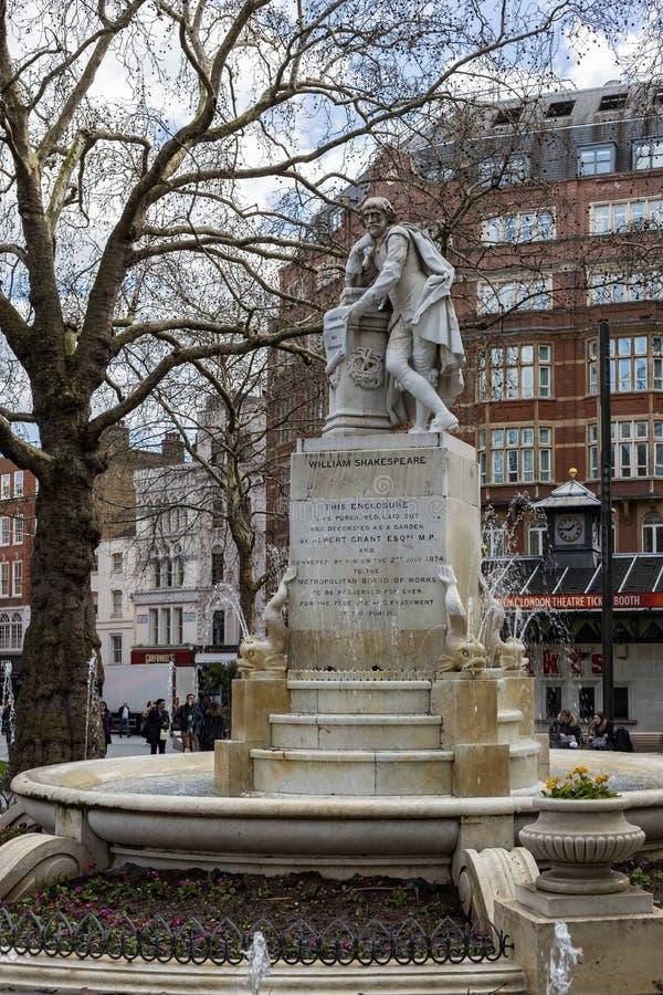 Statue de Shakespeare dans la place Londres de Leicester le 11 mars 2019 Personnes non identifiées images libres de droits