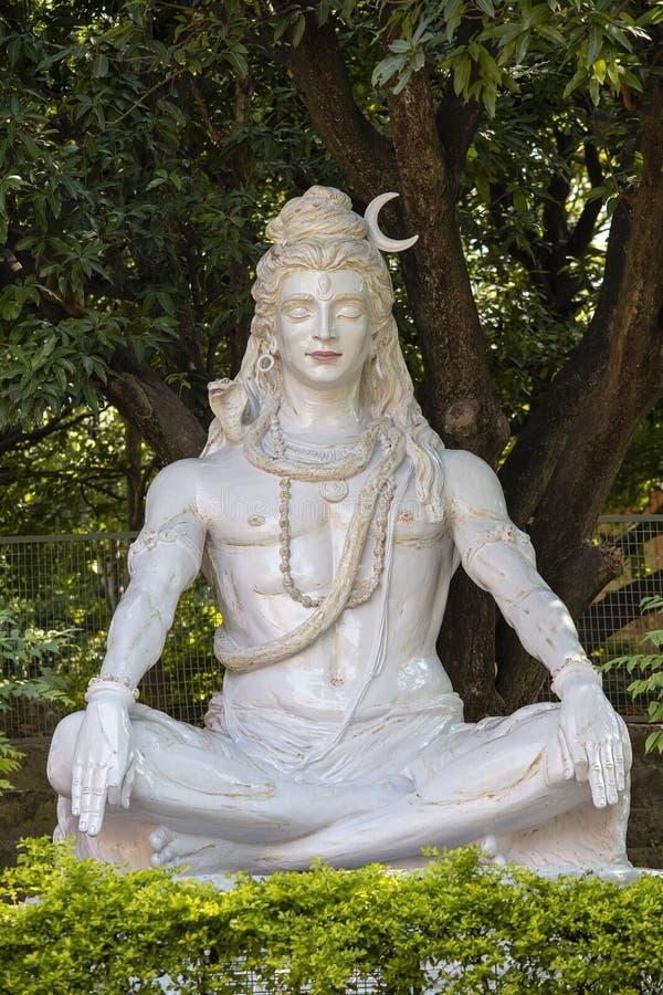 Statue de Shiva, idole indou, près de sur la rivière le Gange, Rishikesh, Inde photos stock