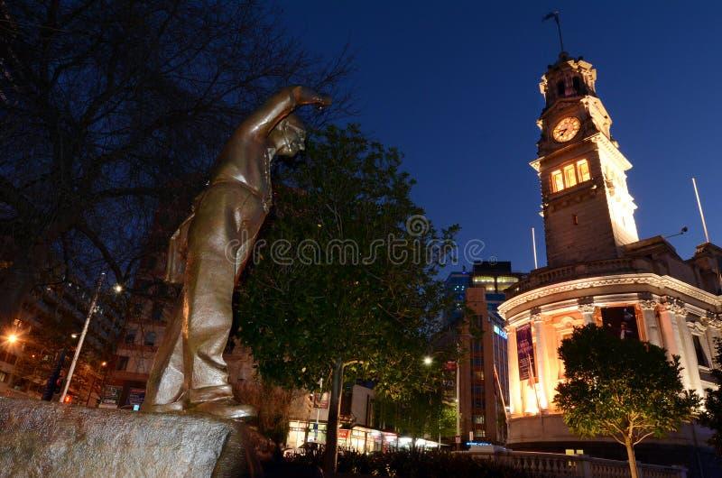 Statue de Sir Dove-Myer Robinson dans la place d'Aotea à Auckland NZL photo stock