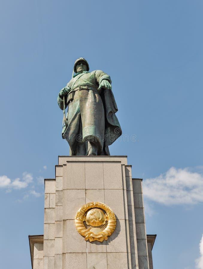 Statue de soldat soviétique au mémorial de guerre à Berlin images libres de droits
