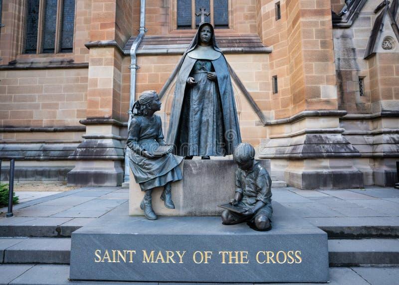 Statue de St Mary de la croix une nonne cononised australienne en dehors de la cathédrale de St Mary en Sydney Australia photo libre de droits