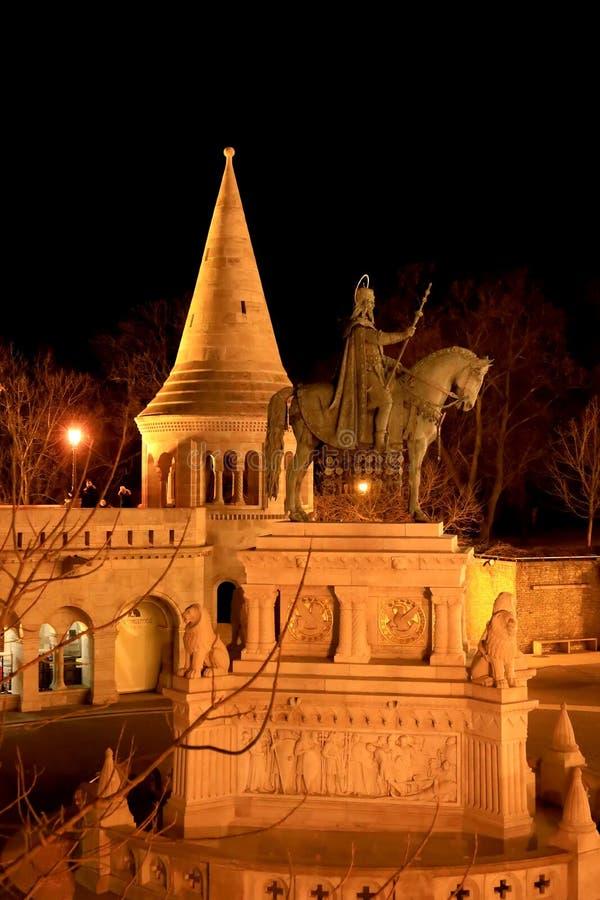 Statue de St Stephen I de la Hongrie dans la bastion des pêcheurs la nuit photos stock