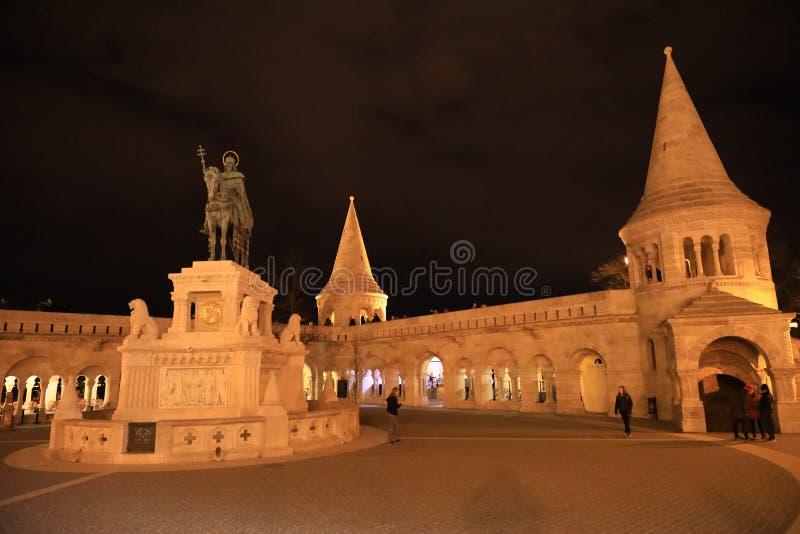 Statue de St Stephen I de la Hongrie dans la bastion des pêcheurs la nuit images libres de droits