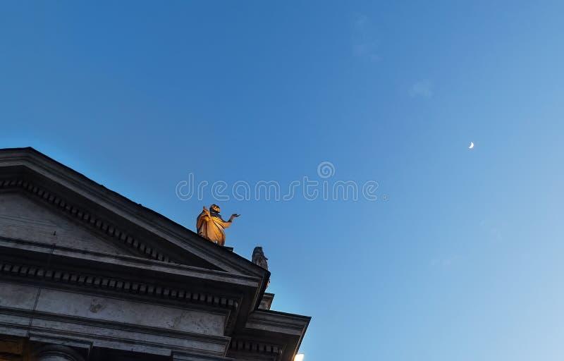 Statue de St Theobald de Provins en tant que celui des 140 statues de saint sur la colonnade se dirigeant à la lune sur la place  photographie stock