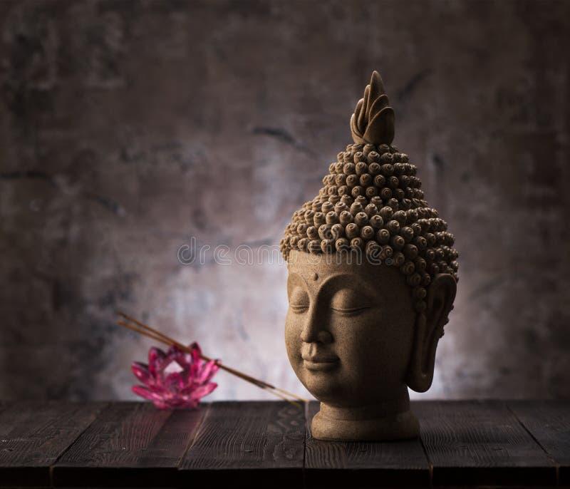 Statue de tête de bouddha, encens et décoration de fleurs de lotus photographie stock libre de droits