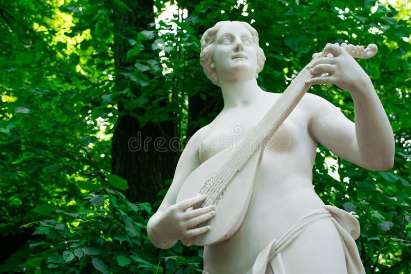 Statue de Terpsichore dans le jardin d'été photos libres de droits