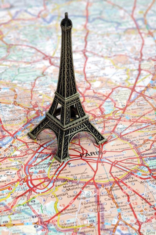 Statue de Tour Eiffel sur la carte de Paris photo stock