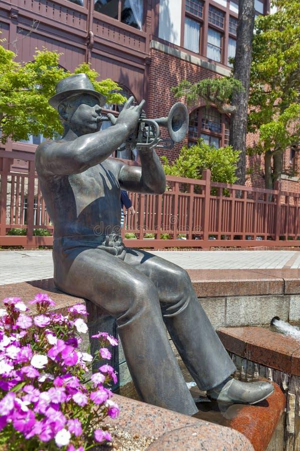 Statue de trompettiste devant la Chambre de girouette dans le secteur historique du secteur de Kitano à Kobe, Japon photo libre de droits