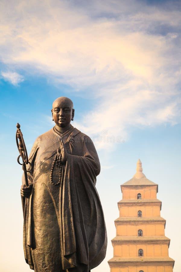 Statue de xuanzang de moine avec la grande pagoda sauvage d'oie photos libres de droits