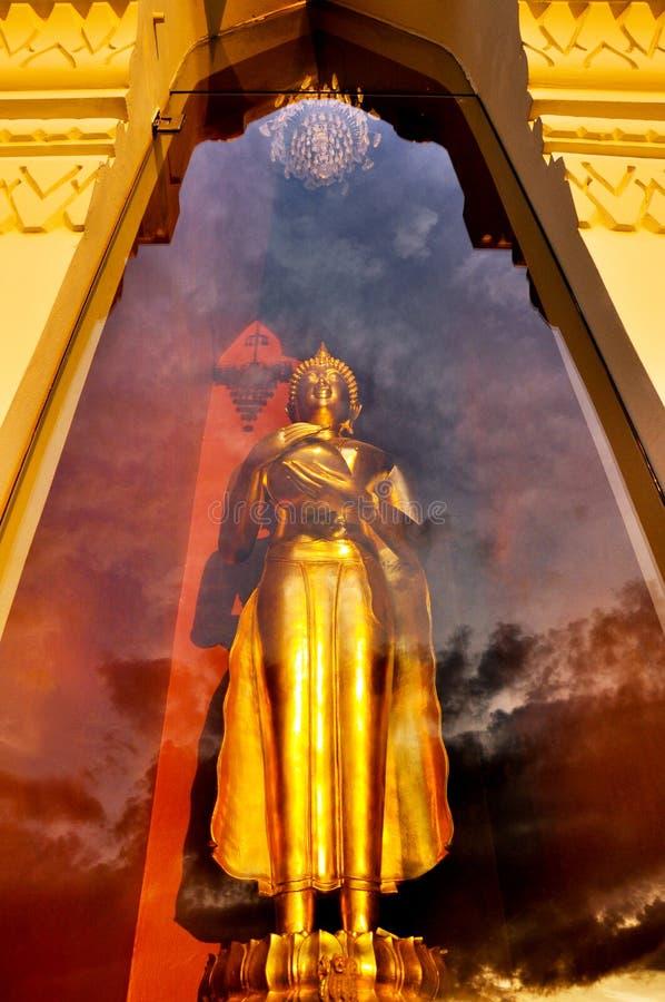 Statue debout d'or de Bouddha dans la salle en verre photos libres de droits