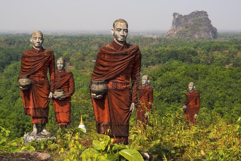 Statue dei monaci buddisti in Mawlamyine, Myanmar fotografia stock