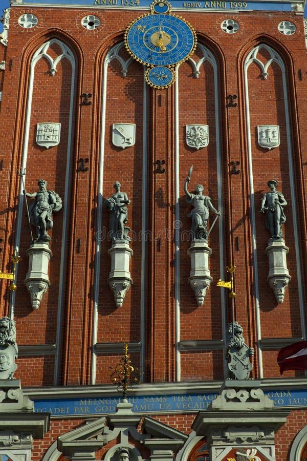 Statue dei sulla Camera dei comedoni a Riga fotografia stock