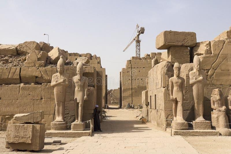 Statue dell'altro Egitto Con le megaliti dei monumenti del tempio immagini stock
