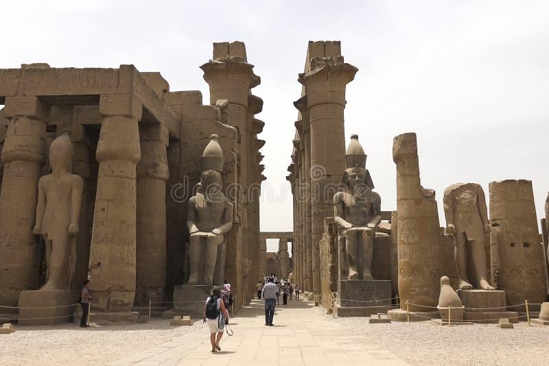 Statue dell'altro Egitto Con le megaliti dei monumenti del tempio fotografie stock