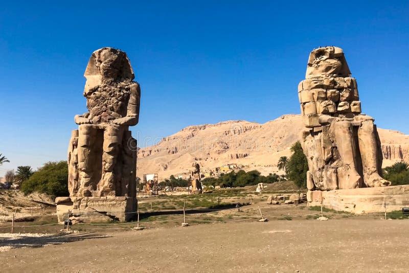 Statue dell'altro Egitto Con le megaliti dei monumenti del tempio fotografia stock libera da diritti