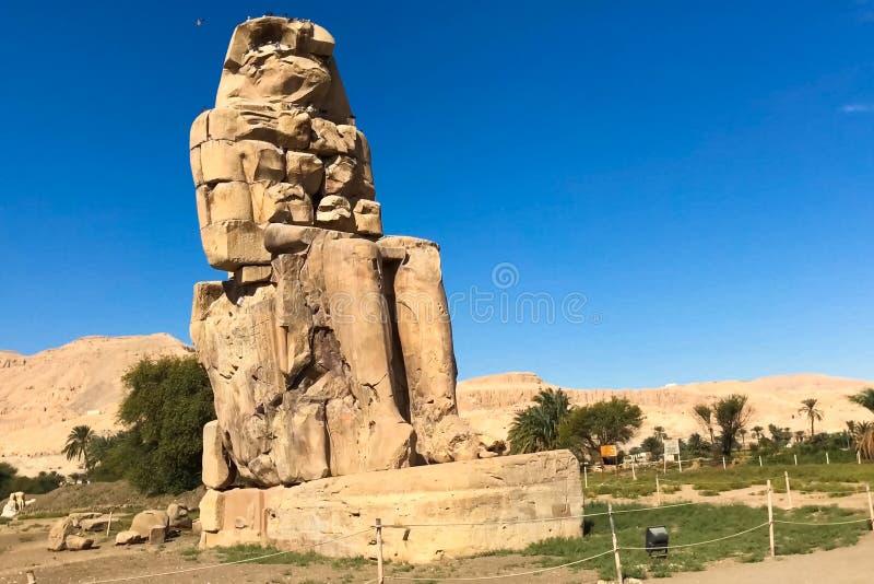Statue dell'altro Egitto Con le megaliti dei monumenti del tempio fotografia stock