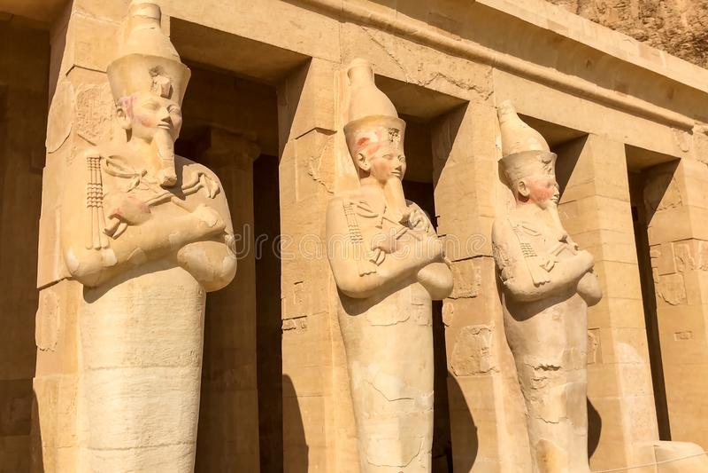 Statue dell'altro Egitto Con le megaliti dei monumenti del tempio immagini stock libere da diritti