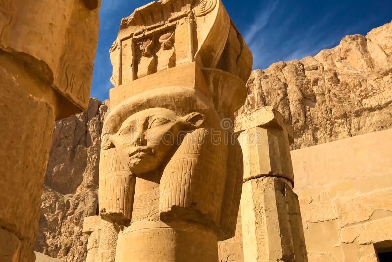 Statue dell'altro Egitto Con le megaliti dei monumenti del tempio immagine stock libera da diritti