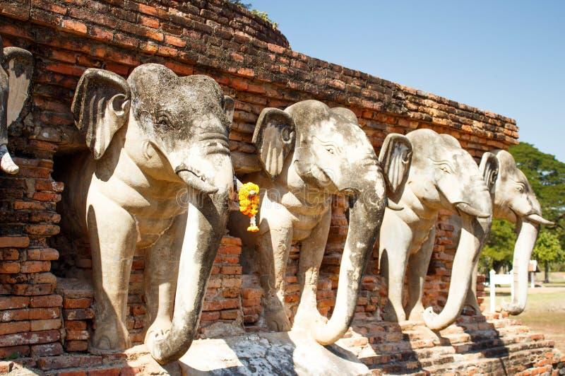 Statue dell'elefante costruite nelle rovine di uno stupa buddista al parco storico di Sukhothai in Tailandia immagini stock libere da diritti