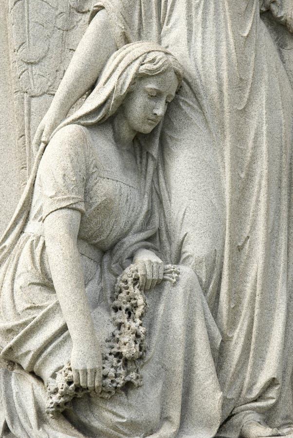 Statue der beklagenfrau am Kirchhof lizenzfreie stockfotos