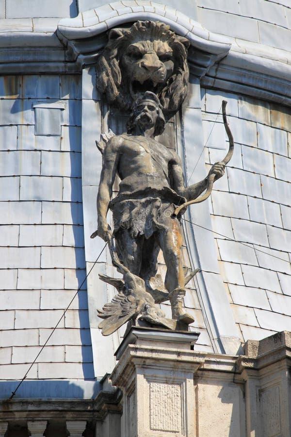 Statue in der Dachspitze von Vajdahunyad-Schloss lizenzfreies stockfoto