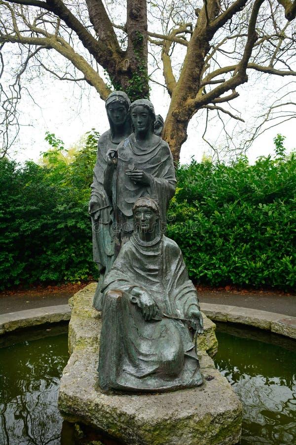 Statue der drei Schicksale in St- Stephen` s Grün, Dublin, Irelan stockbild