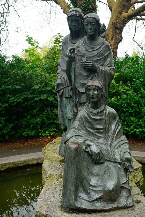 Statue der drei Schicksale in St- Stephen` s Grün, Dublin, Irelan lizenzfreies stockbild