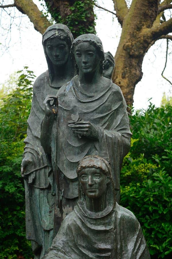 Statue der drei Schicksale in St- Stephen` s Grün, Dublin, Irelan stockfotos