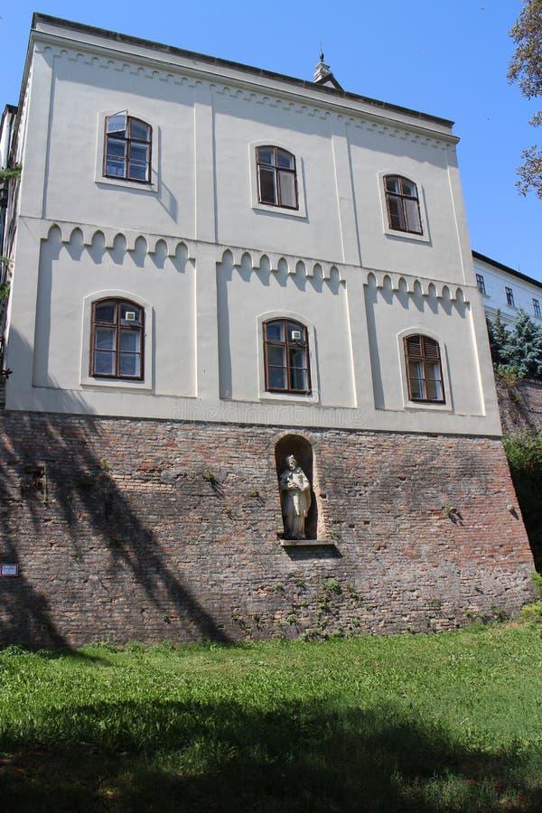 Statue in der Fassade des Benediktiners Pannonhalma Archabbey stockfotos