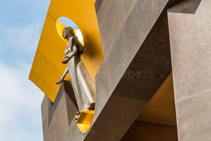 Statue der Frau über Eingang zur Kirche stockfoto