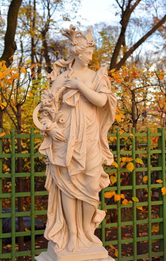 Statue der Göttin Ceres im Sommer-Garten lizenzfreies stockbild