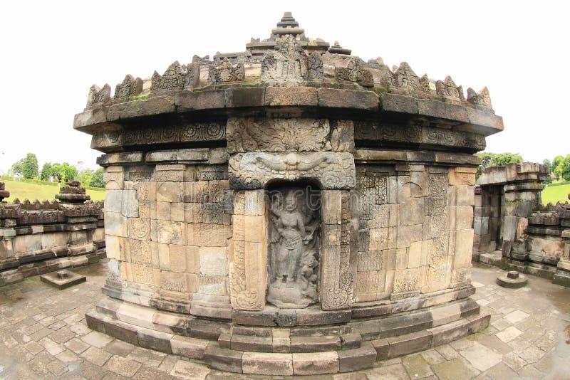 Statue der Göttin Saraswathi auf hindischem Tempel Sambisari lizenzfreie stockbilder
