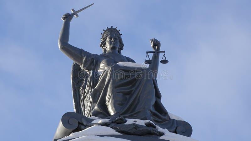 Statue der Göttin von Gerechtigkeit Themis in Tomsk lizenzfreie stockbilder