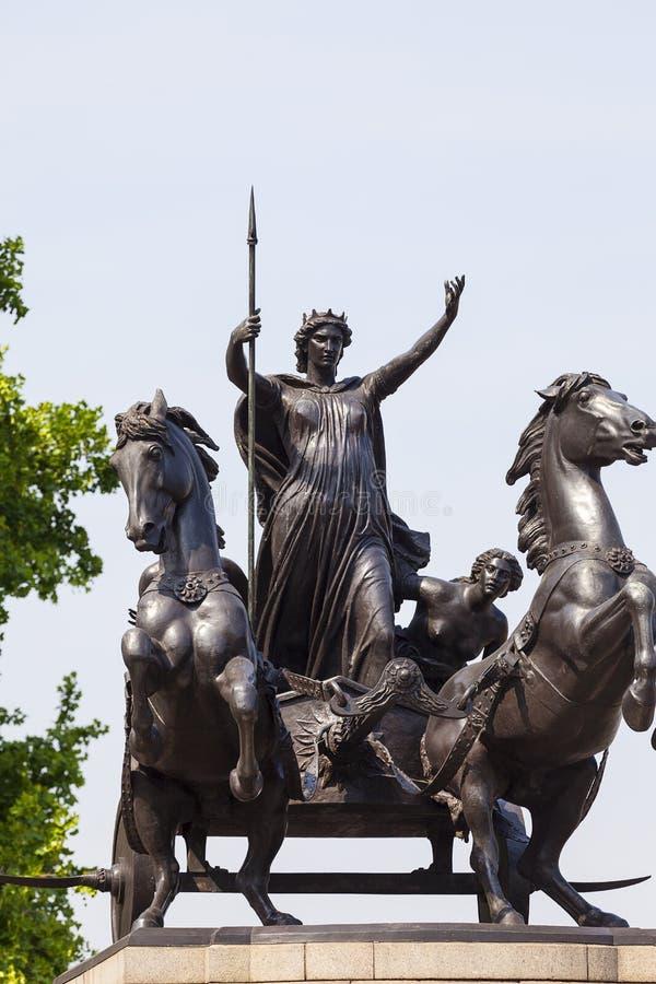 Statue der Königin Boudica nahe Westminster-Brücke, London, Vereinigtes Königreich lizenzfreie stockfotos
