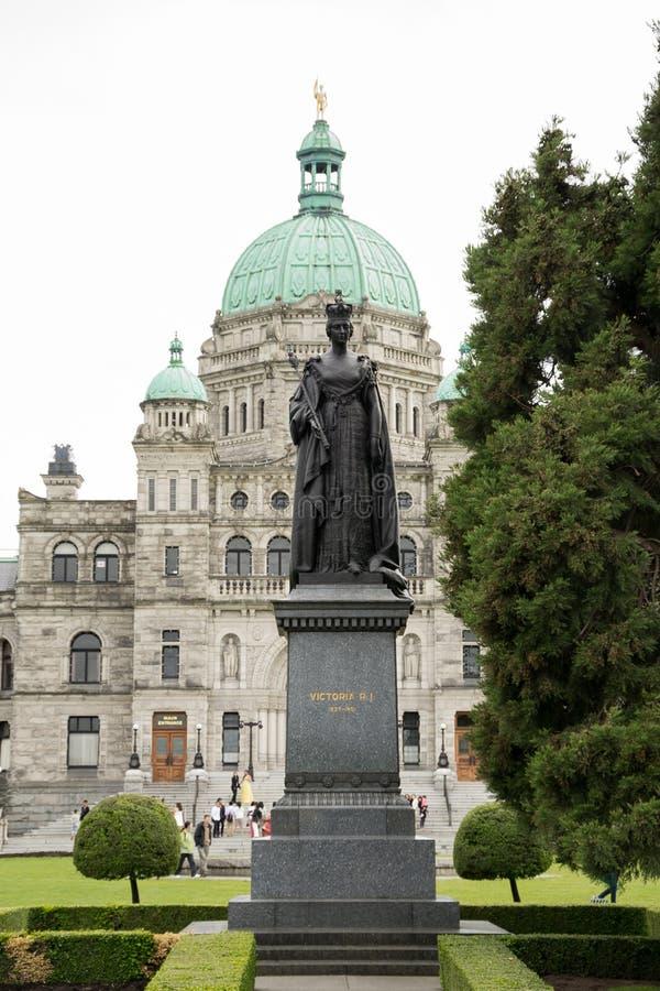 Statue der Königin Victoria vor BC Gesetzgebungs-Gebäude lizenzfreie stockfotos